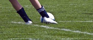 De bal en de voeten van het voetbal Stock Foto