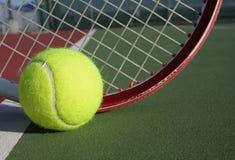De bal en het racket van het tennis Royalty-vrije Stock Afbeeldingen