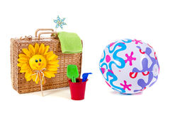 De bal en het speelgoed van het strand Stock Afbeelding
