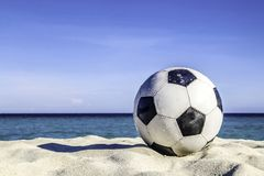 De bal op zand in het strand stock foto's