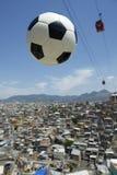 De Bal Rio de Janeiro Brazil Favela van het voetbalvoetbal Stock Foto's