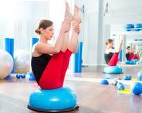 De bal van Bosu voor de vrouw van de geschiktheidsinstructeur in aerobics Stock Foto's