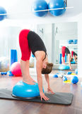 De bal van Bosu voor de vrouw van de geschiktheidsinstructeur in aerobics Stock Afbeelding