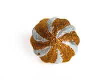 De bal van Cristmas die op wit wordt geïsoleerdo. Royalty-vrije Stock Afbeelding
