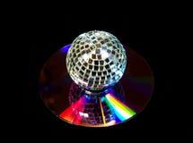 De bal van de disco over muziekCD op zwarte Royalty-vrije Stock Fotografie