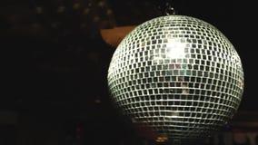 De bal van de discospiegel op donkere achtergrond stock video