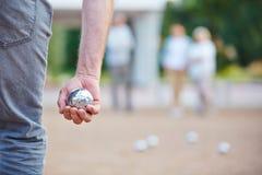 De bal van de handholding voor het spelen boule Royalty-vrije Stock Foto