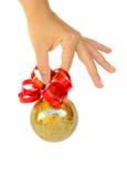 De bal van de holdingsKerstmis van de hand Stock Afbeelding