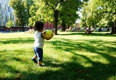 De bal van de jongensholding Stock Foto's