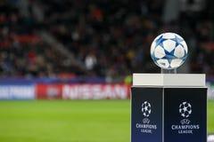 De bal van de Kampioenenliga op een voetstukclose-up tijdens t Royalty-vrije Stock Foto