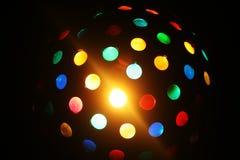 De bal van de kleurendisco over zwarte achtergrond Stock Foto's