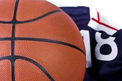 De bal van de mand met t-shirt Stock Afbeelding