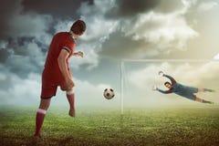 De bal van de mensenschop op de keeper Stock Afbeeldingen