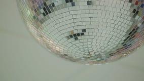 De bal van de roterende spiegeldisco stock footage