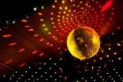 De bal van de spiegeldisco met lichte bezinning over het plafond Stock Foto's