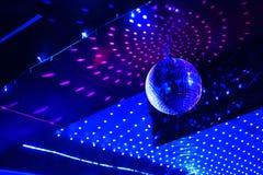 De bal van de spiegeldisco met lichte bezinning over het plafond Royalty-vrije Stock Foto's