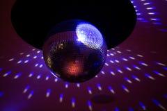 De bal van de spiegeldisco met lichte bezinning over het plafond Stock Fotografie