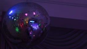 De bal van de spiegeldisco met lichte bezinning over het plafond stock video