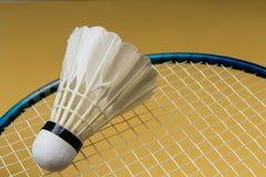 De bal van het badminton met racket Royalty-vrije Stock Fotografie