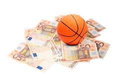 De bal van het basketbal en euro geld Stock Afbeelding