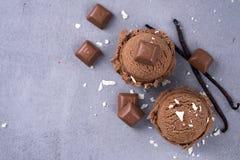 De bal van het chocoladeroomijs Stock Afbeeldingen