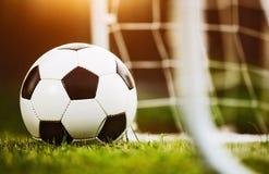 De bal van het close-upvoetbal op groen gras Stock Foto