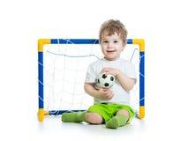 De bal van het de holdingsvoetbal van de jong geitjevoetbalster royalty-vrije stock fotografie