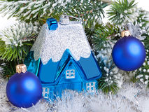 De bal van het donkerblauwe Nieuwjaar en l-huis - de droom van het Nieuwjaar van eigen huis. Stilleven Stock Afbeelding