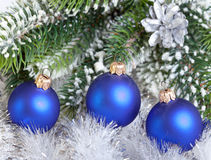 De bal van het donkerblauwe Nieuwjaar. Stilleven Royalty-vrije Stock Afbeeldingen