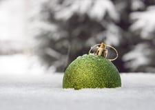 De bal van het nieuwjaar in een sneeuw Royalty-vrije Stock Afbeeldingen