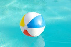 De bal van het strand in de Pool Royalty-vrije Stock Fotografie