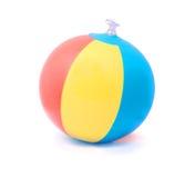 De bal van het strand die op zuiver wit wordt geïsoleerde Stock Fotografie