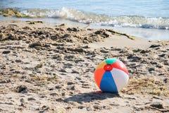 De Bal van het strand op Strand Stock Afbeeldingen