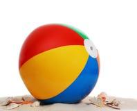 De bal van het strand op strandzand Stock Afbeeldingen