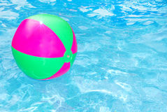 De bal van het strand in pool Stock Foto's