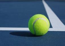De Bal van het tennis bij Basislijn Stock Fotografie