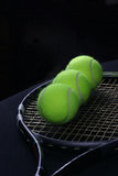 De bal van het tennis in de racket Royalty-vrije Stock Afbeeldingen