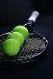 De bal van het tennis in de racket stock afbeelding