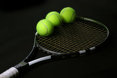De bal van het tennis in de racket Stock Foto
