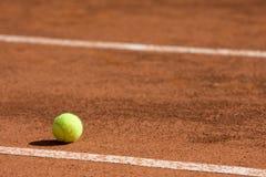 De bal van het tennis dichtbij de lijn royalty-vrije stock foto