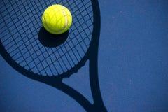 De bal van het tennis in een racketschaduw Stock Foto's