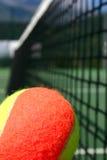 De bal van het tennis en netto stock foto's