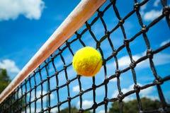 De bal van het tennis in netto royalty-vrije stock foto's