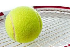 De bal van het tennis op de racket Royalty-vrije Stock Foto's