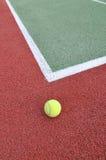 De Bal van het tennis op een Hof Stock Afbeelding