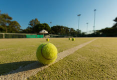 De bal van het tennis op een tennisbaan Stock Foto's