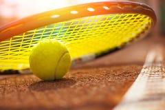De bal van het tennis op een tennisbaan stock fotografie