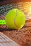 De bal van het tennis op een tennisbaan stock afbeeldingen