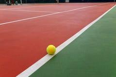 De bal van het tennis op het hof Royalty-vrije Stock Afbeeldingen