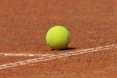 De bal van het tennis op hof Stock Foto